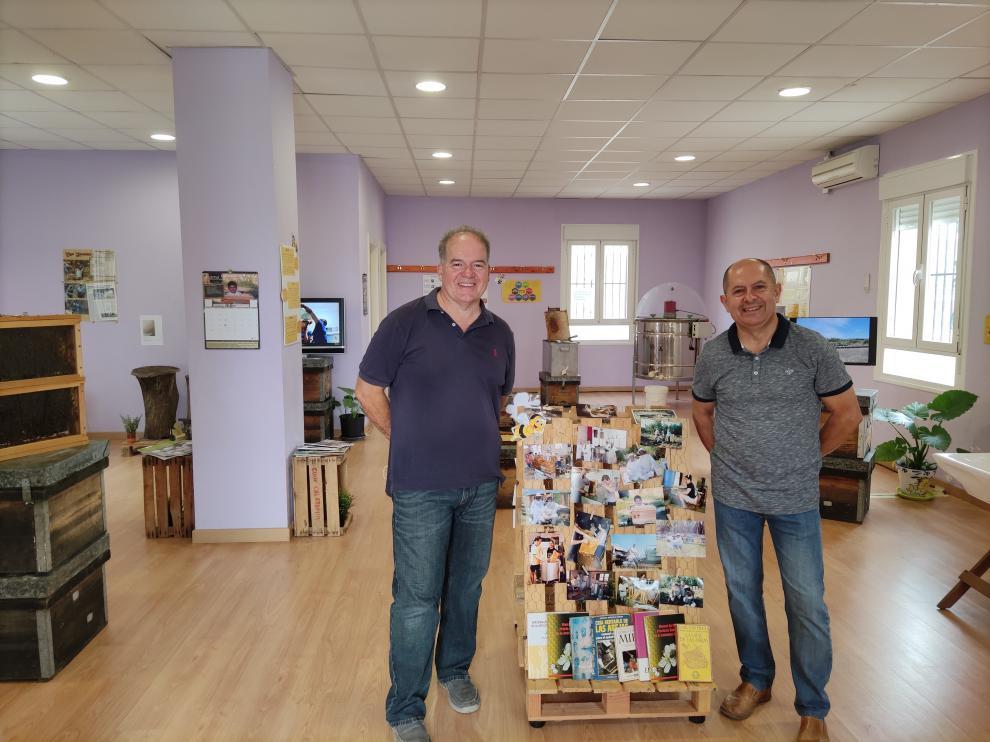 Manuel y Josep Costa en la sala de exposiciones de Osera de Ebro, donde exhibieron 'Expomiel'.