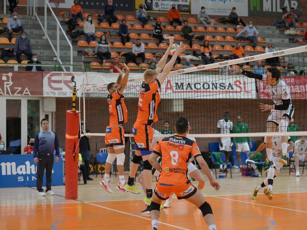 El CV Teruel, en uno de los últimos partidos de la pasada temporada disputados en el pabellón Los Planos.