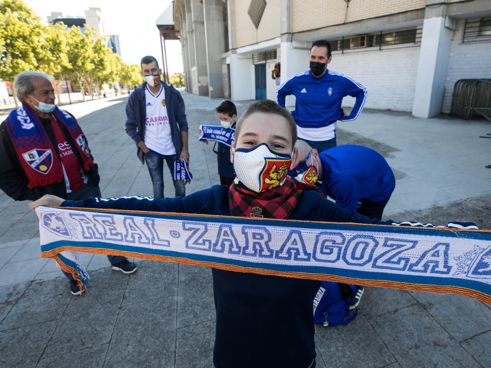 Aficionados del Real Zaragoza y del Huesca, en los aledaños de La Romareda.