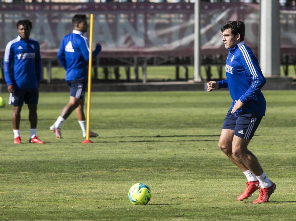 Iván Azón, con la pelota, en el entrenamiento del equipo en la Ciudad Deportiva.
