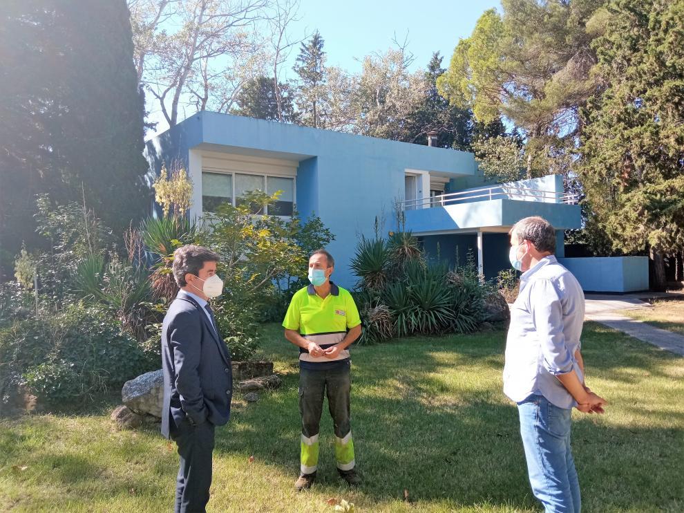 El alcalde y el concejal de Medio Ambiente conversan con el guardés de la finca Beulas.