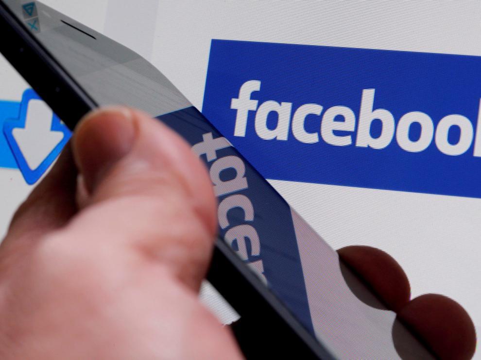El logo de Facebook en un dispositivo.