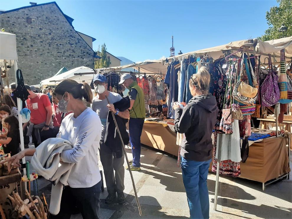 Gran afluencia este sábado en el mercado artesanal de Benasque.