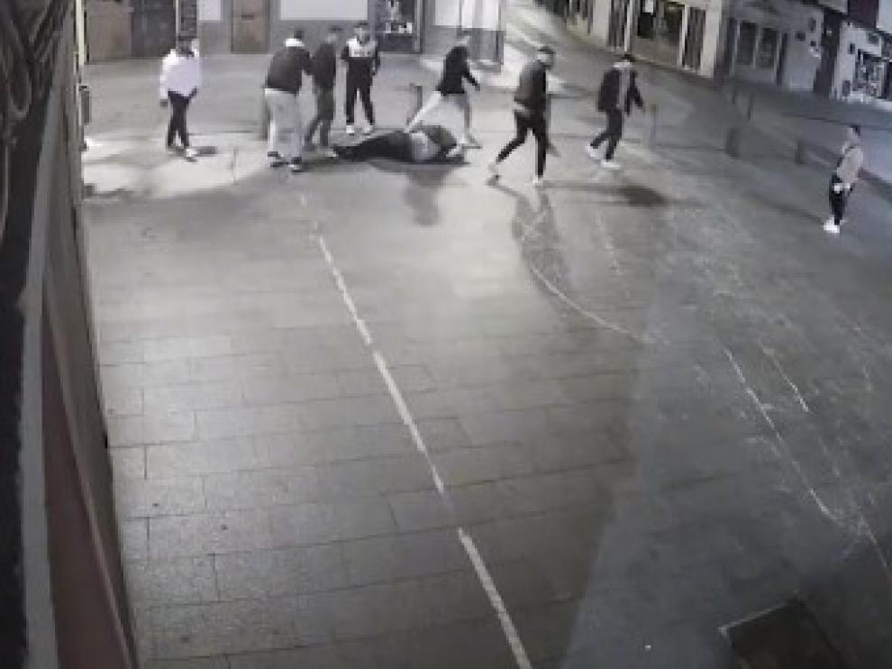 vídeo grabado por una cámara de seguridad, se puede ver como un grupo de personas persigue a la víctima hasta la plaza Biscós