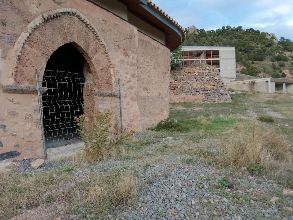 En primer término, la ermita de los Reyes Magos; al fondo, las obras inacabadas del hotel.