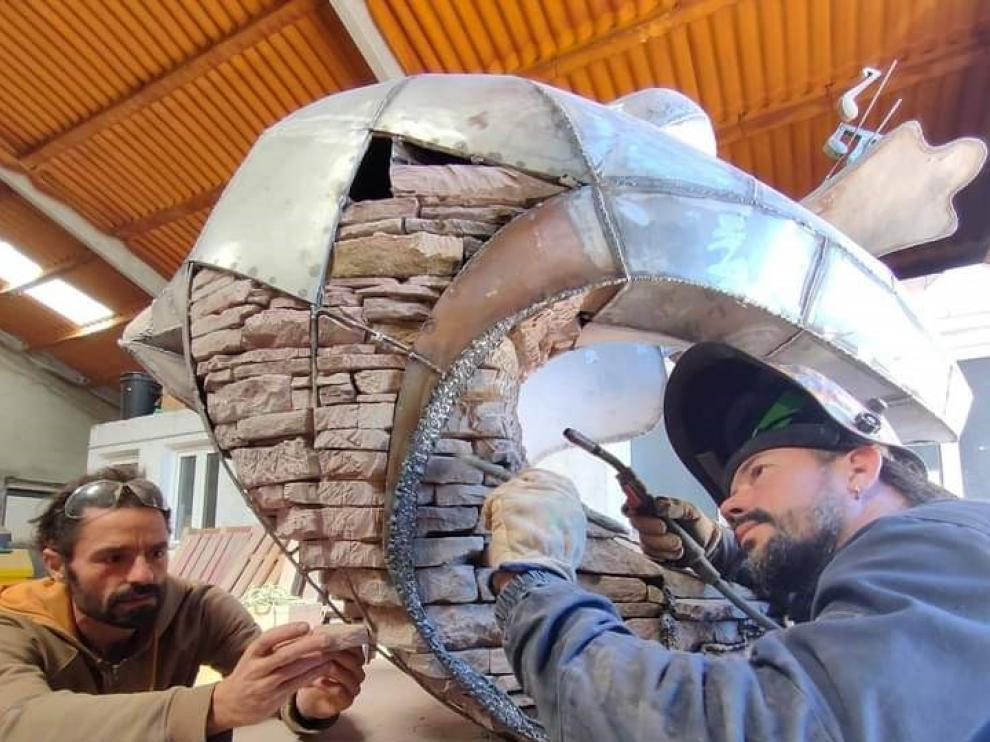 Los escultores Txordi Ricart y  Rafael Arzuaga trabajando en la obra homenaje a Pau Donés.