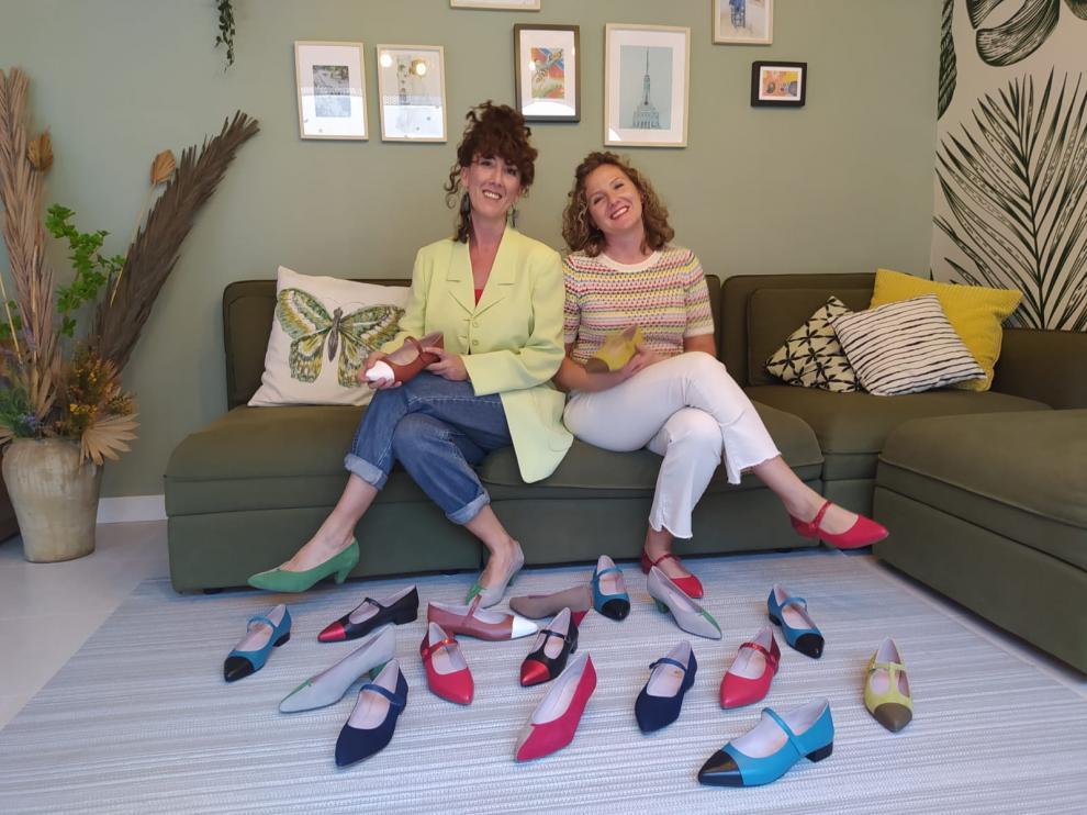 Marta y Eva Cortel, con sus zapatos.