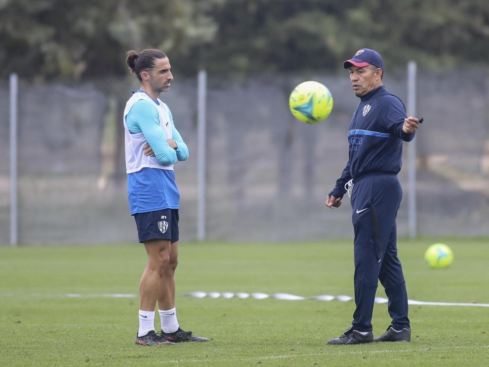 Nacho Ambriz charla con Marc Mateu al final del entrenamiento de este domingo.
