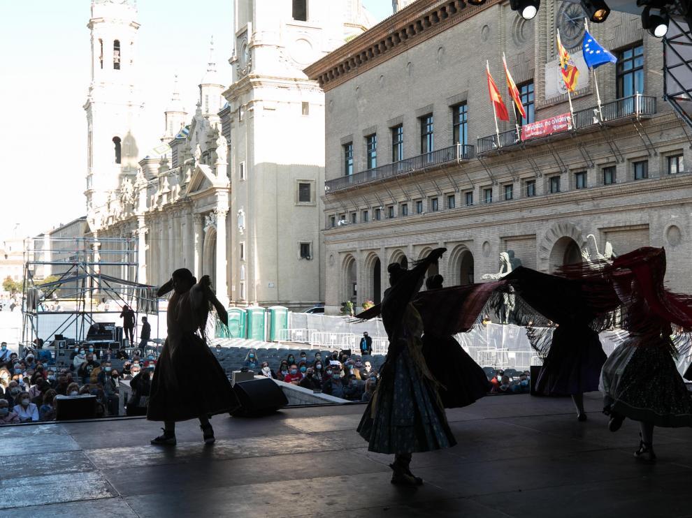 Huecos vacíos en el escenario de jotas de la plaza del Pilar