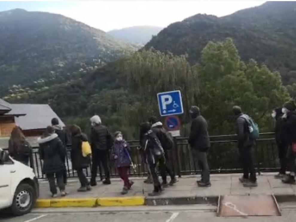 Los visitantes esperan para comprar el tique de autobús que los llevará hasta la Pradera de Ordesa.Heraldo.es