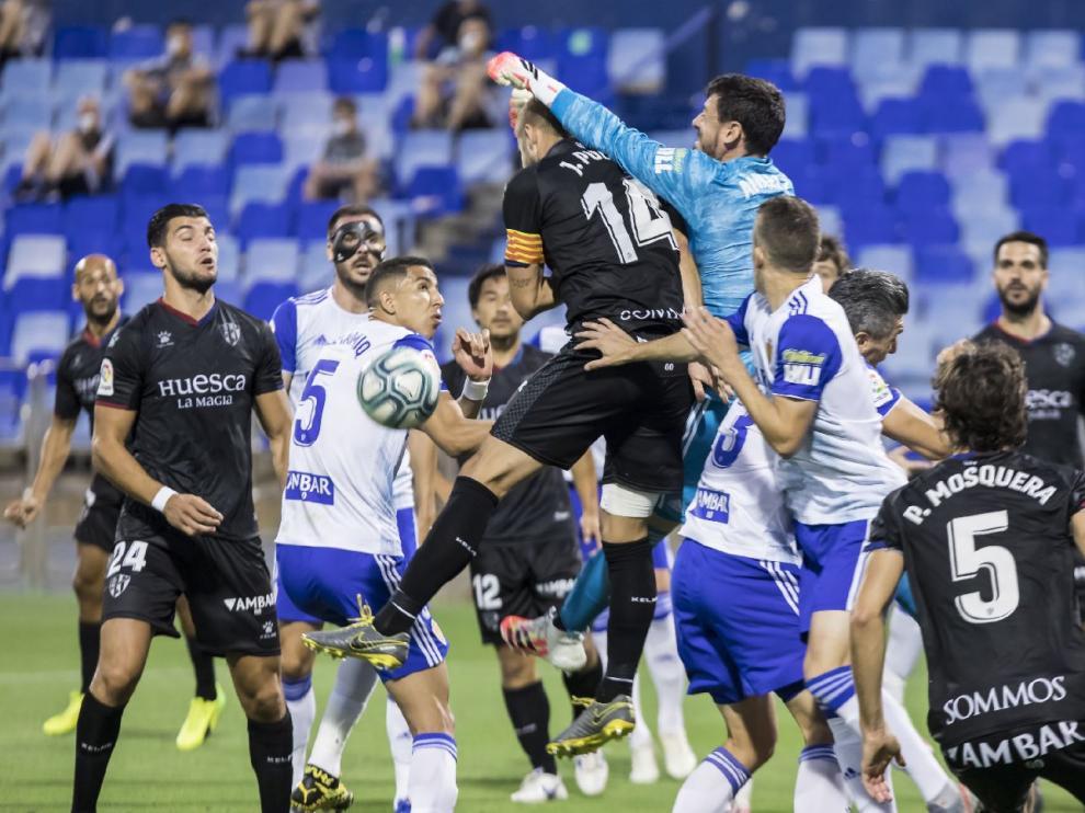 Un lance del Real Zaragoza-SD Huesca en La Romareda de junio de 2020, el último jugado (a puerta cerrada, entonces).