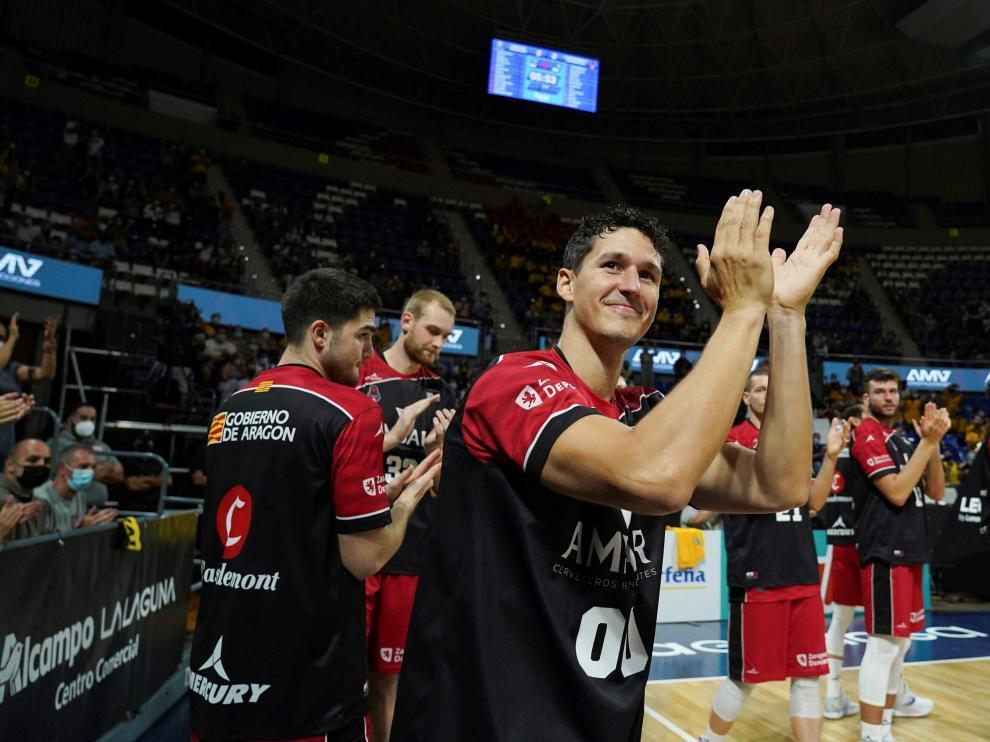 San Miguel recibe la ovación de la afición del Tenerife por sus 500 partidos en la élite.