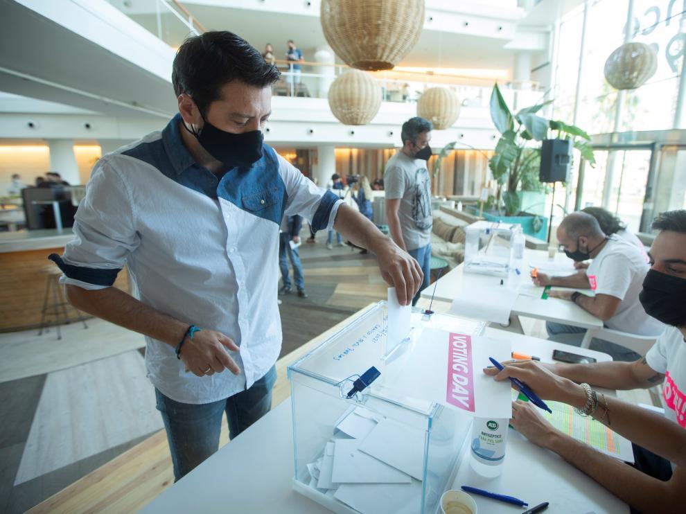 Trabajadores de Desigual votando la jornada de cuatro días en Barcelona.