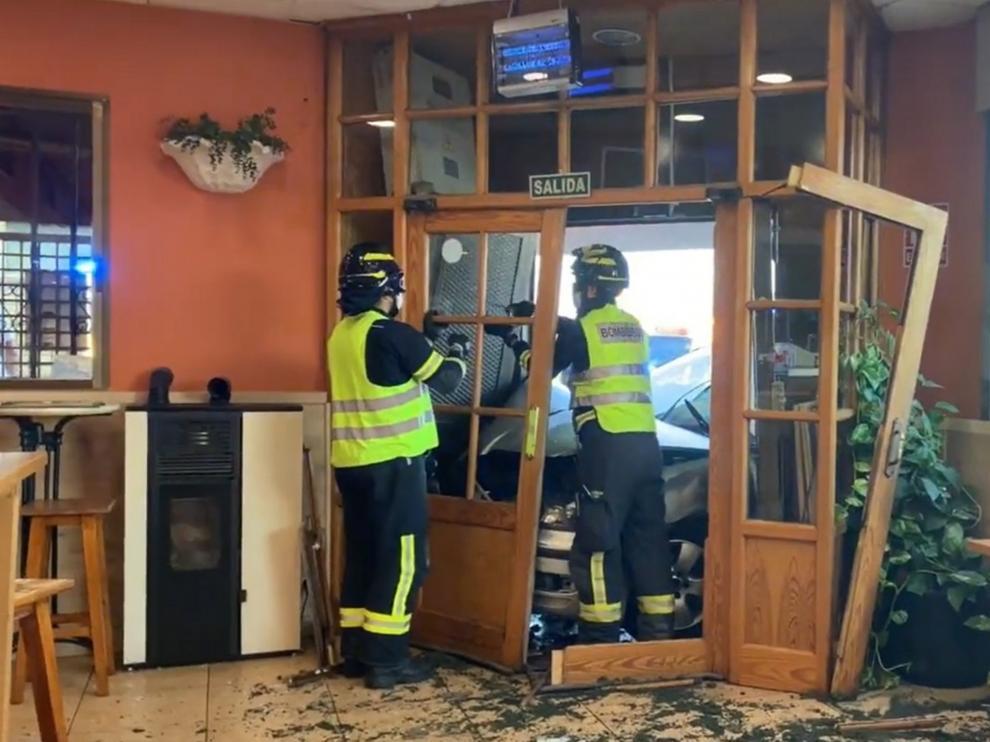 Heridos los 4 ocupantes de un coche que chocaron contra un restaurante en una persecución policial en Madrid.