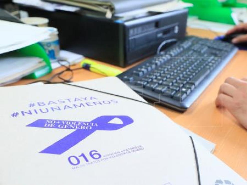 Imagen de archivo de una carpeta con la etiqueta #BastaYa #NiUnaMenos en la mesa de un agente de la Guardia Civil.