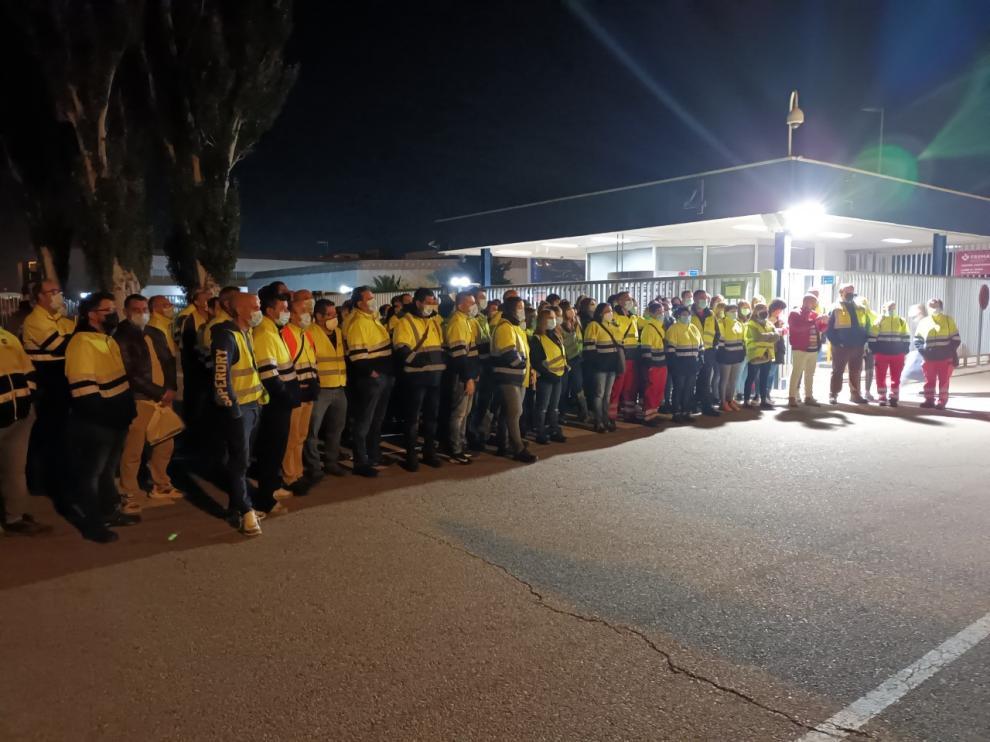 Concentración este pasado lunes de los trabajadores de IDL a las puertas de la factoría zaragozana de PSA.