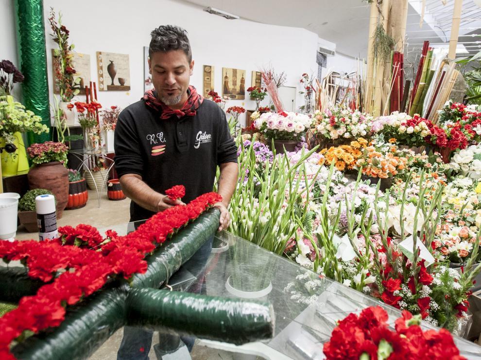 La Cruz de Lorena se confecciona en la floristería Gálvez, en Las Fuentes, desde hace más de 40 años.