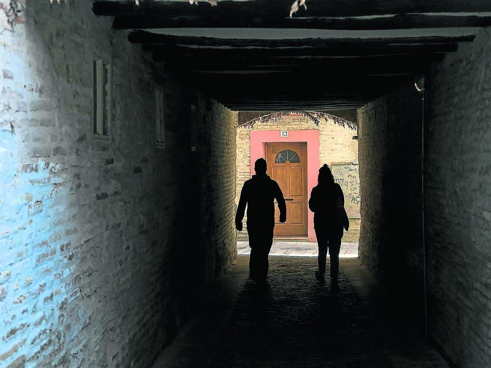 El callejón, en el Arrabal y muy cerca del Ebro, que rinde homenaje a Mariano Lucas, lugarteniente del tío Jorge, Jorge Ibort.