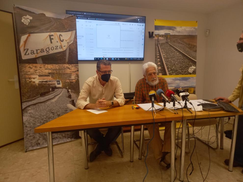 El portavoz de la Plataforma en Defensa del Ferrocarril, Francisco Gómez, a la izquierda, y el portavoz de Teruel Existe, Manuel Gimeno.