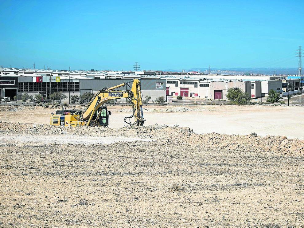 Una retroexcavadora, el pasado jueves, moviendo tierra en la parcela de Becton en Empresarium.