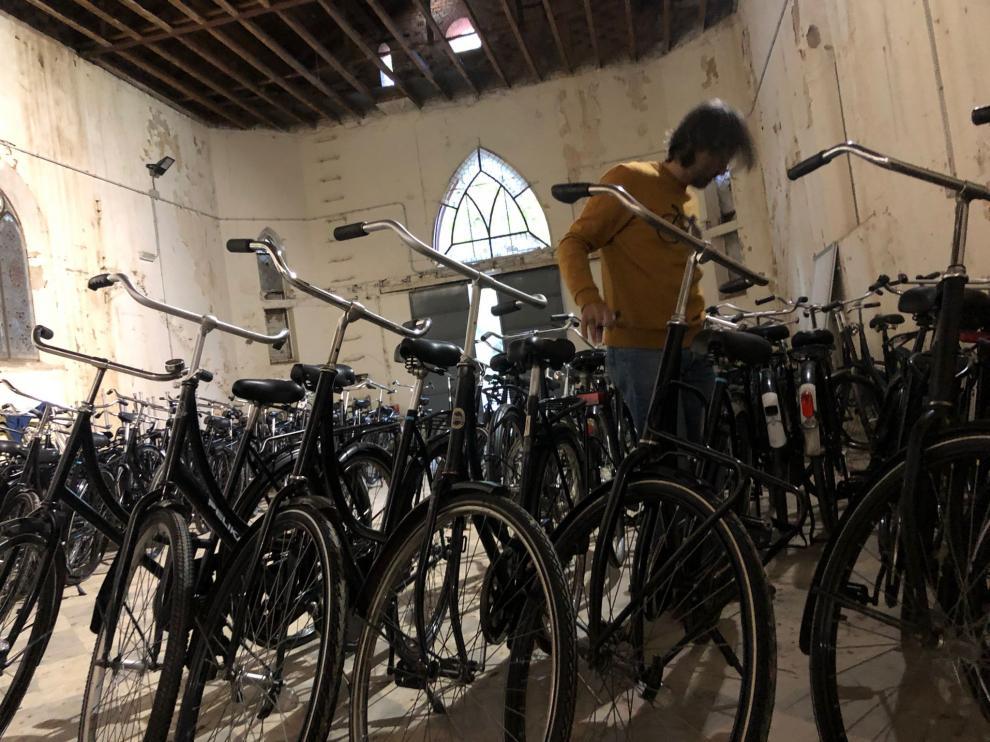 Decenas de bicis holandesas, almacenadas en la antigua iglesia del Psiquiátrico del Parque Delicias.
