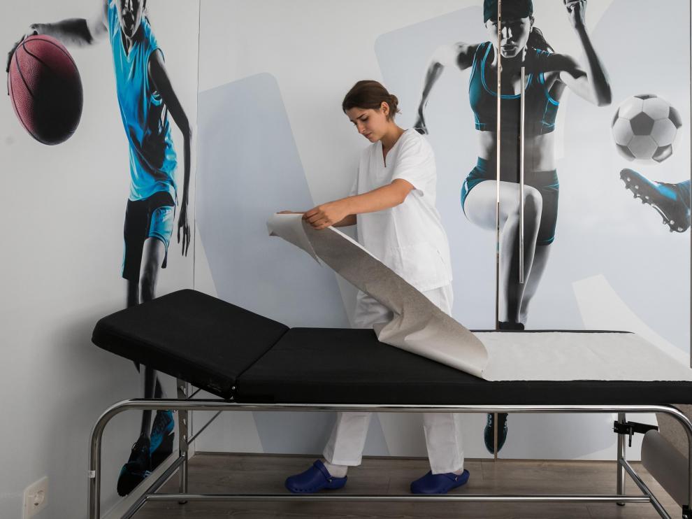 Zoe Hernández, en plena faena como fisioterapeuta.