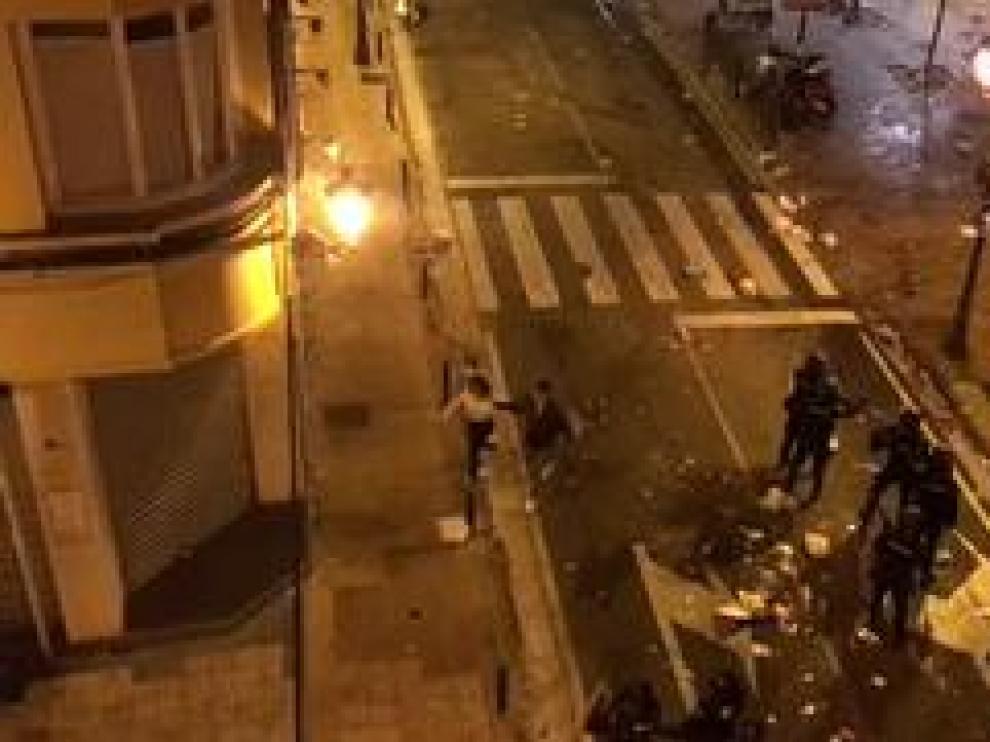 Un grupo de radicales se enfrentó a los agentes en la plaza del Justicia y la noche terminó con más de una docena de detenidos.