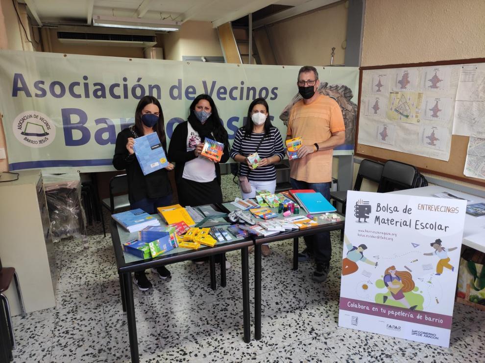 Entrega de material escolar en el Distrito del Rabal.