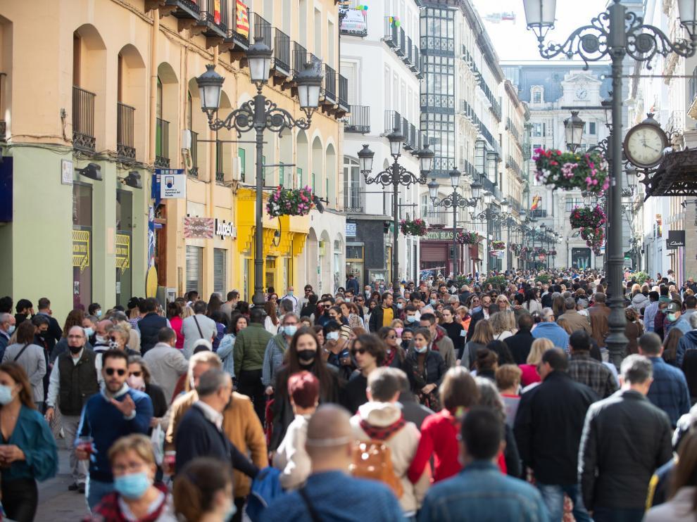 Ambiente en el día del Pilar por la calle Alfonso en el centro de Zaragoza.