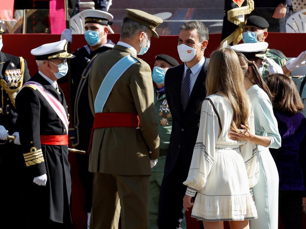 El Rey saluda a Sánchez antes del desfile