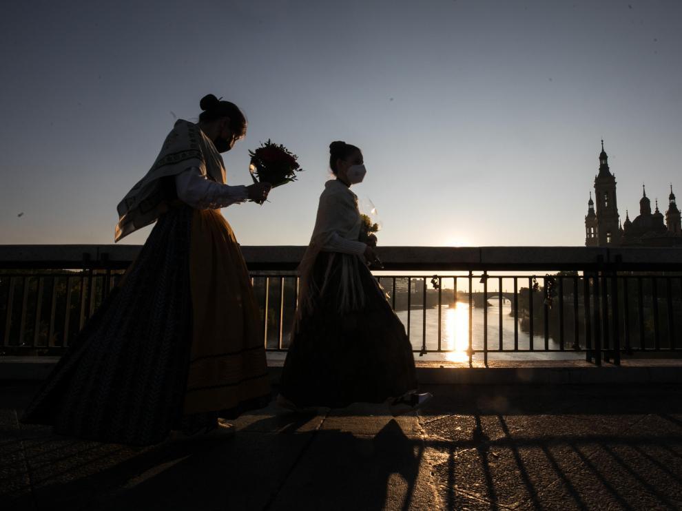 La imagen de los oferentes sobre el puente de Santiago fue una de las estampas inéditas de la jornada
