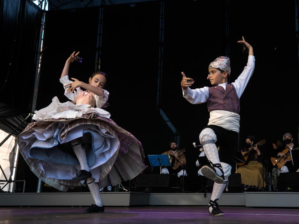 Los campeones de baile en la categoría alevín del Certamen Oficial de Jota, en la plaza del Pilar.