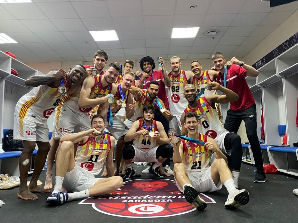 Los jugadores del Casademont, con la medalla de bronce de la pasada edición de la Champions.