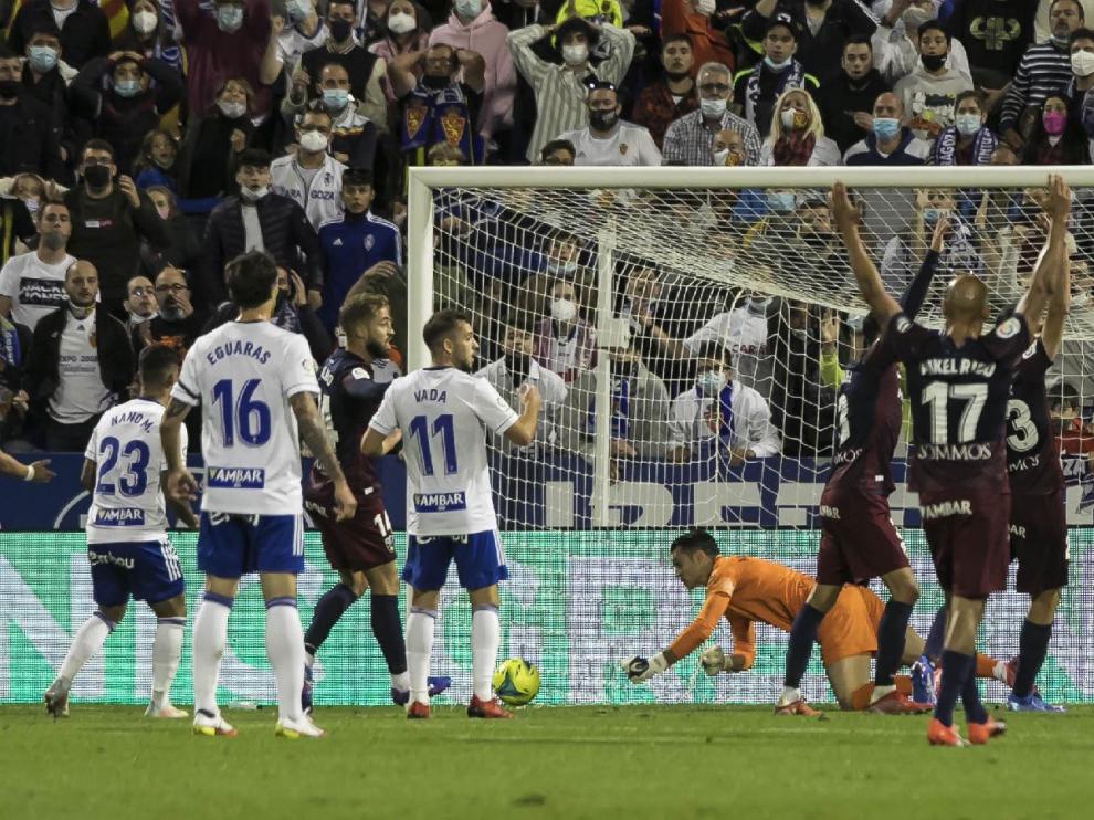 Nano, a la izquierda de la imagen con el dorsal 23, en el falló de un gol que protagonizó en el minuto 40 de la primera parte.