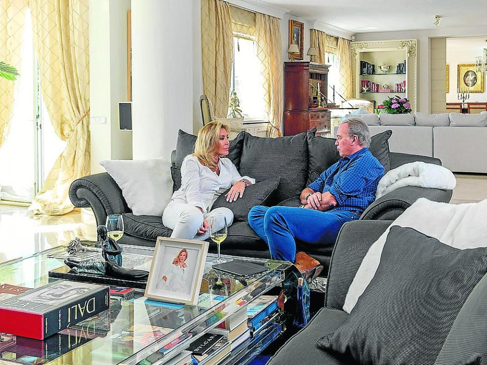 Norma Duval con Bertín Osborne en el salón de su casa que ahora está en venta.