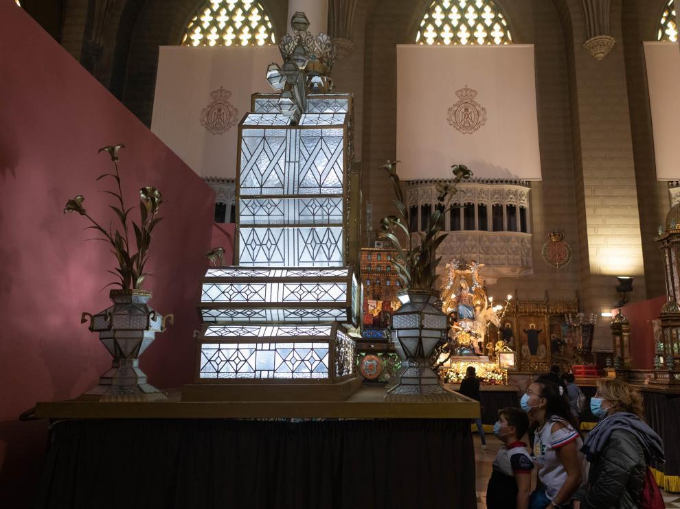 Numerosos zaragozanos se acercaron este martes a la exposición del Rosario de Cristal.