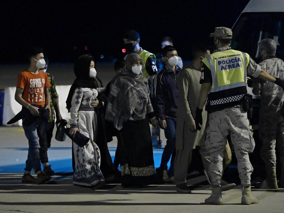 Recibimiento al segundo avión con refugiados afganos procedente de Islamabad