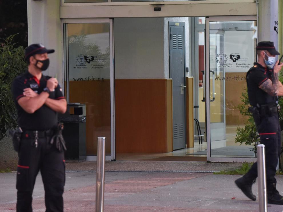 Agentes de la Ertzaintza en las instalaciones del campus del Leioa