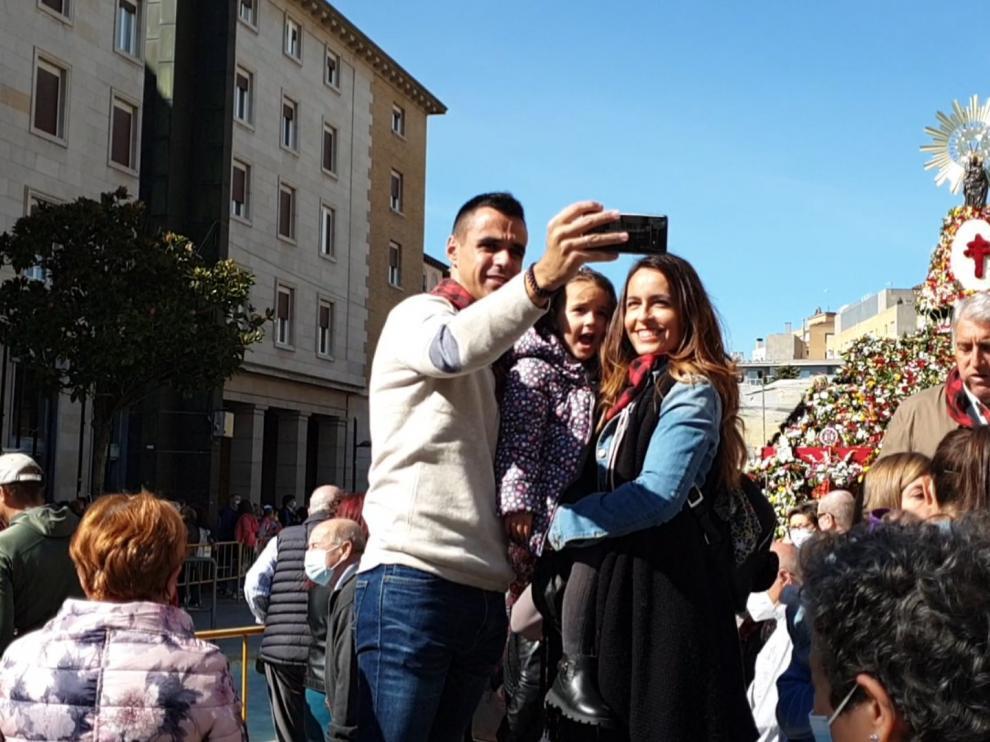 Cientos de zaragozanos se acercan a la plaza del Pilar para ver a la Virgen