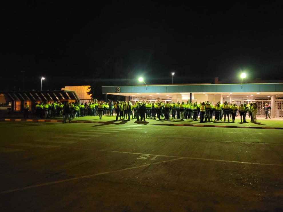 Concentración de los trabajadores de IDL a las puertas de la factoría de Figueruelas