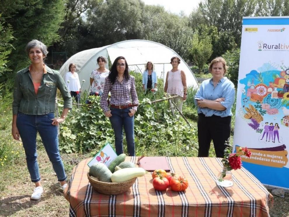 De izquierda a derecha, Marta Puyuelo, directora de Asuntos Corporativos y Sostenibilidad de PepsiCo Suroeste de Europa, Elena Rodríguez y Montserrat Cortiñas, secretaria de FADEMUR.
