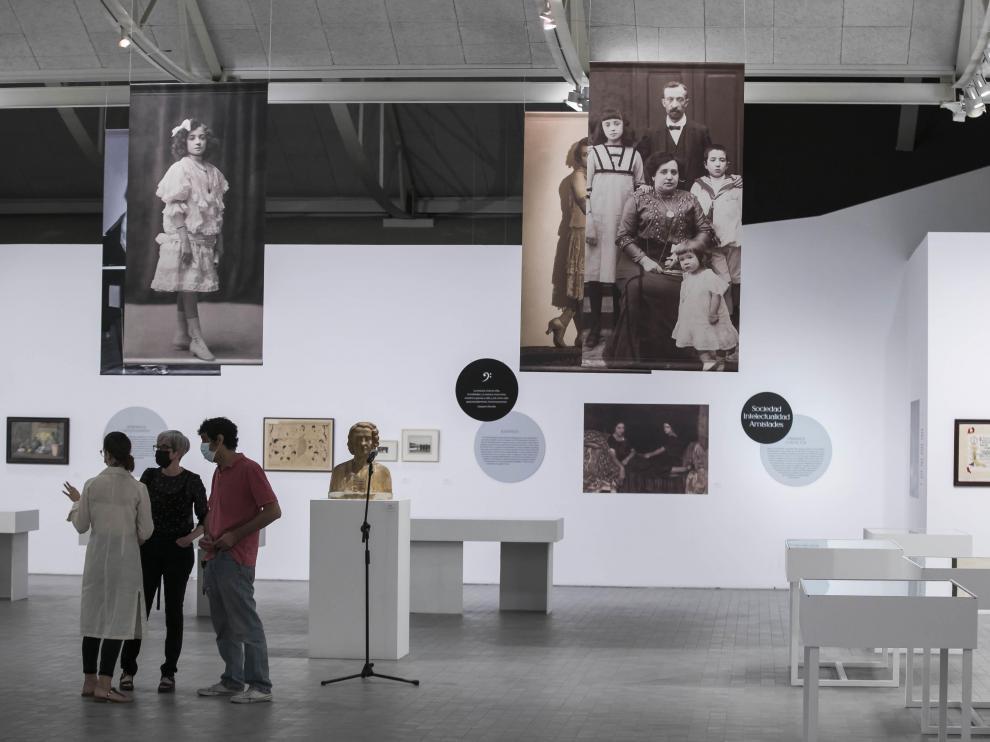 Una visión general del montaje de la cuidada exposición temática de Pilar Bayona, pianista.