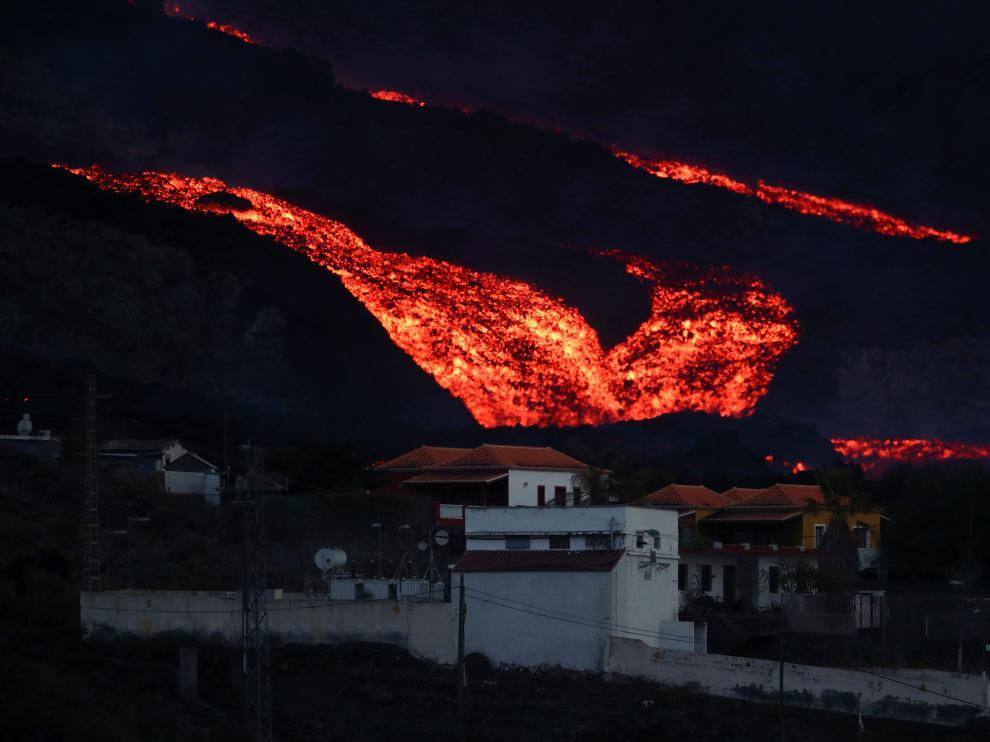 La colada de lava se acerca a varias edificaciones