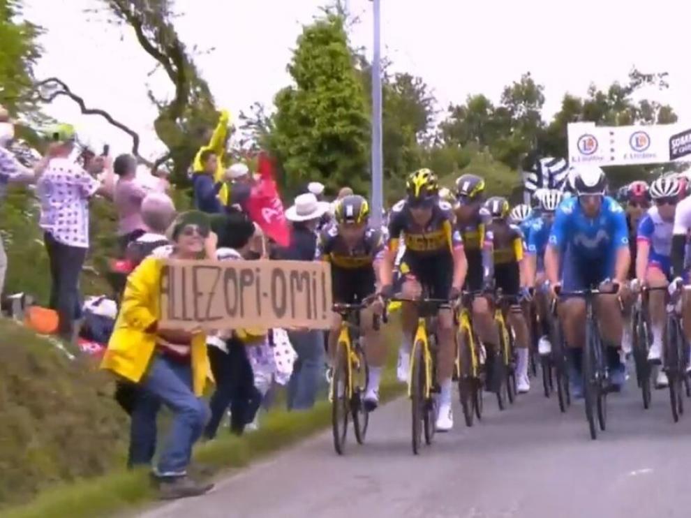La mujer invadió la carretera portando una pancarta contra la que chocaron los ciclistas