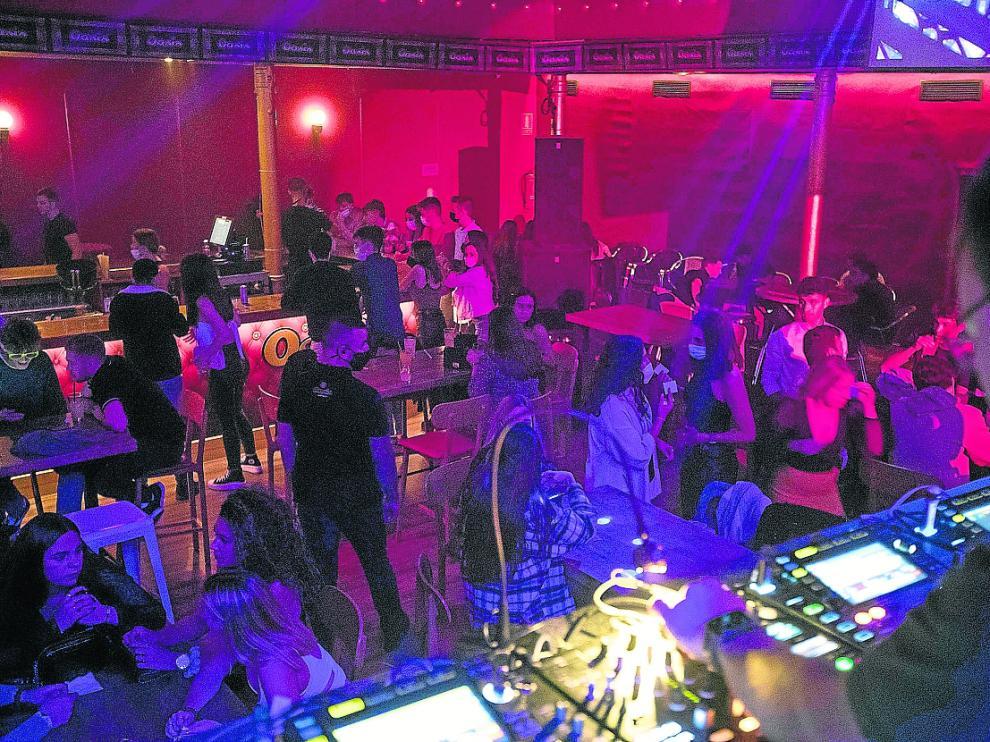 La sala Oasis llena de mesas en lugar de contar con pista de baile, tal y como marca la normativa.