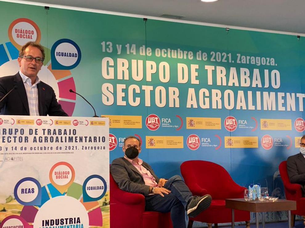 El secretario general de UGT-FICA, Pedro Hojas, durante su participación en la jornada sobre el sector agroalimentario que se celebra en Zaragoza.