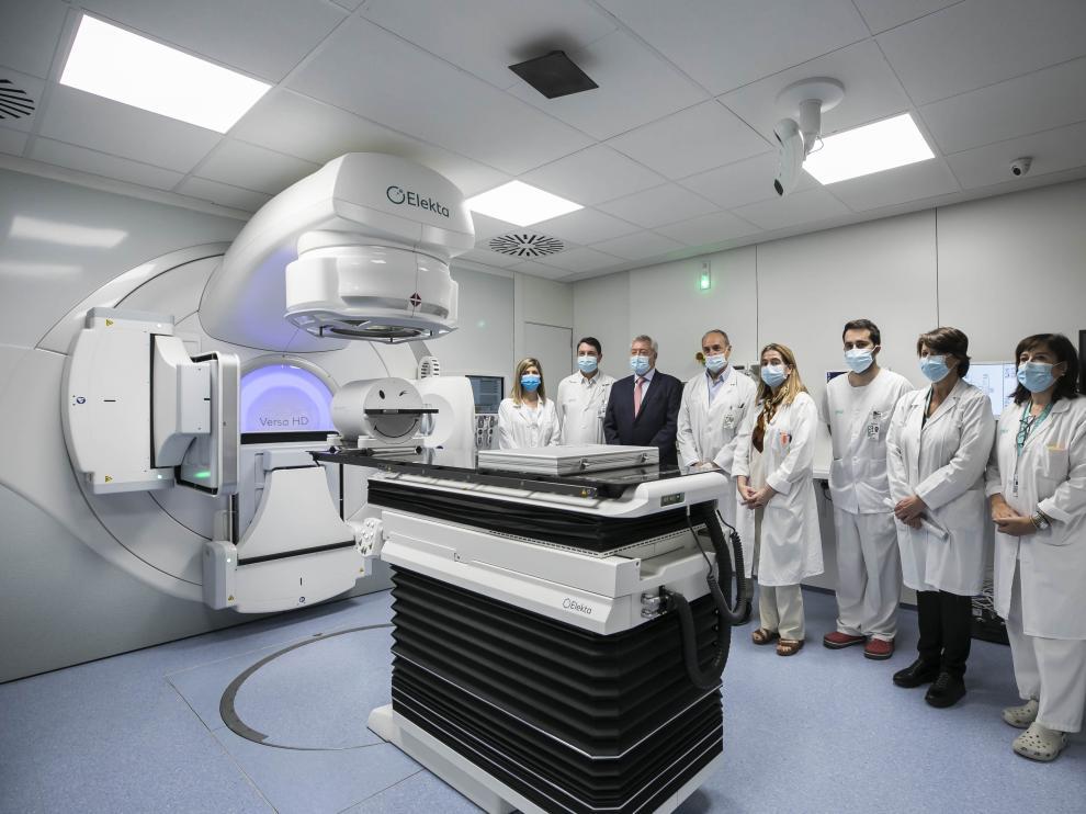 Responsables del Servet y del servicio de Oncología, junto al nuevo aparato instalado en el Servet.