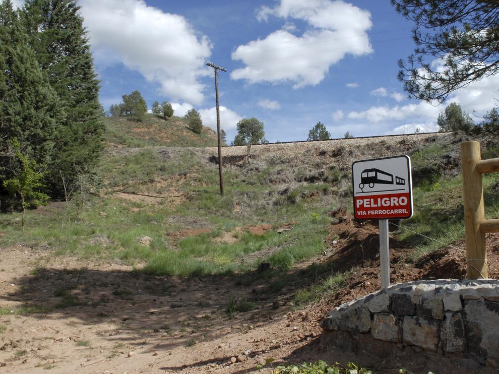 Una señal advierte del peligro por la proximidad del tren en Fuente Cerrada.