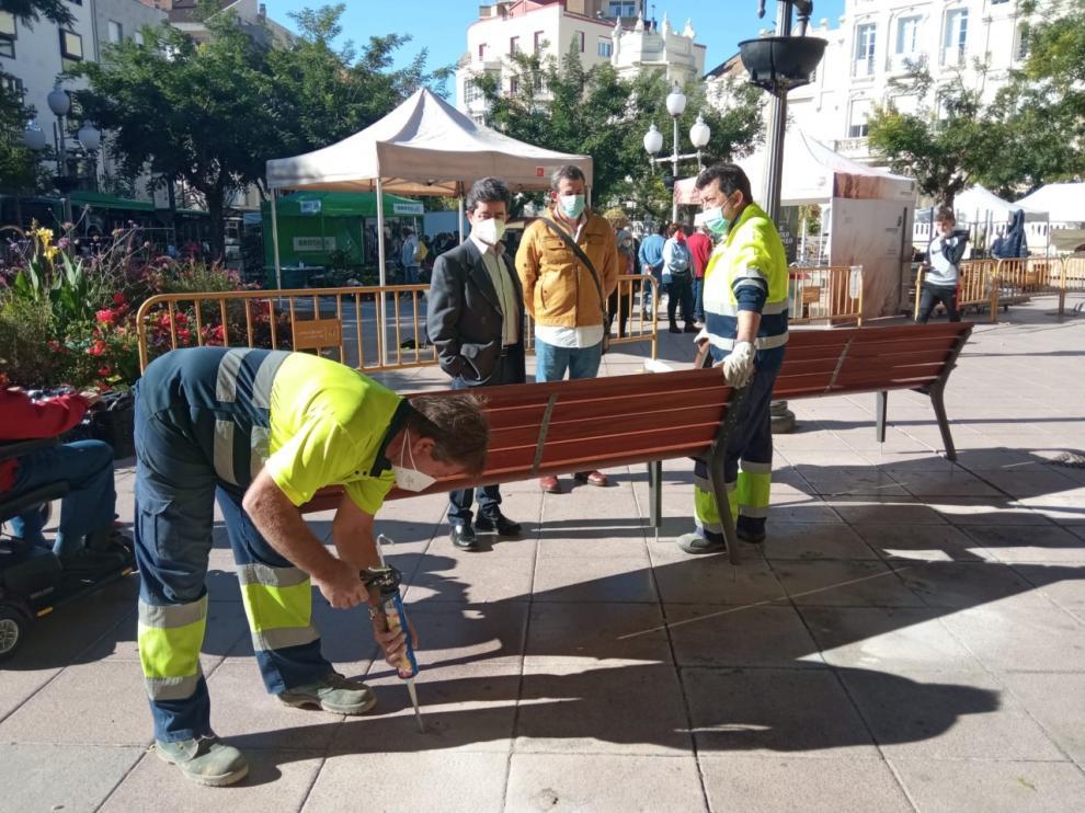 El alcalde de Huesca, Luis Felipe, ha supervisado la instalación de los nuevos bancos de la plaza de Navarra.