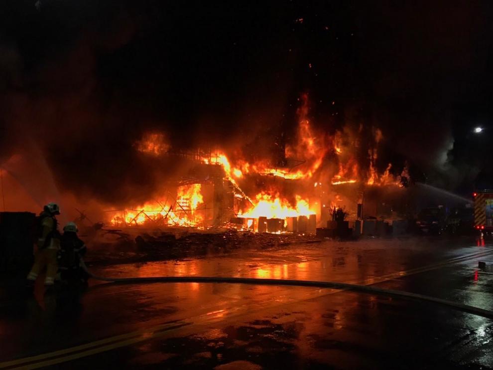 El fuego se desató en un edificio residencial y comercial de trece alturas